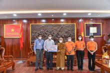 Chùa Giác Ngộ trao tặng trang thiết bị, vật tư y tế đến UBND huyện Bình Chánh